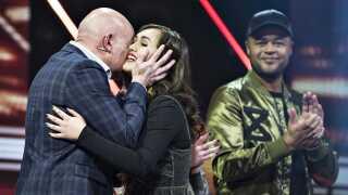 I sidste års X Factor-finale havde Thomas Blachman for første gang nogensinde to deltagere med, nemlig de unge solister Chili og Mia. Her lykønsker han Chili med finalepladsen.