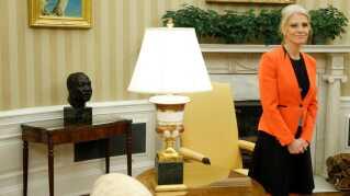 Busten af Martin Luther King Jr. ses her bag præsidentens rådgiver, Kellyanne Conway i Det Hvide Hus i Washington.