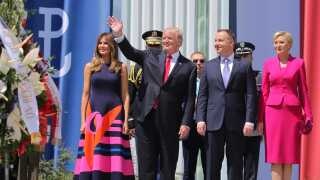 Her ses Melania og Donald Trump sammen med den polske præsident Andrzej Duda og hans hustru Agata Kornhauser-Duda i Warsawa i Polen.