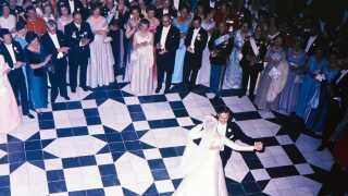 (ARKIV) Tronfølgerparret danser brudevals foran gæsterne på Fredensborg Slot. Prinsesse MArgrethe og prins Henrik danser brudevals.. (Foto: Allan Moe/Scanpix 2017)