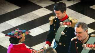 (Arkiv) Nytårskur i 2002. Kronprins Frederik vikarierer for Dronningen. Kronprins Frederik og prins Henrik hilser på det udenlandske diplomati. (Foto: Jørgen Jessen)