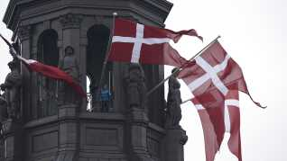 Dannebrog er igen på hel stang på Christiansborg efter Prins Henriks bisættelse fra Christiansborg Slotskirke.