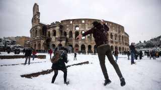Nogle af de lokale beboere i Rom får det bedste ud af snevejret.