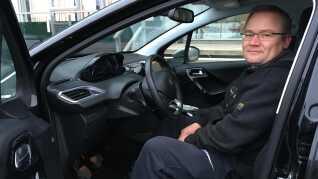 Mekaniker Kenneth Ejlersen opfordrer først og fremmest bilister til fysisk at dreje knappen og tænde for lyset.