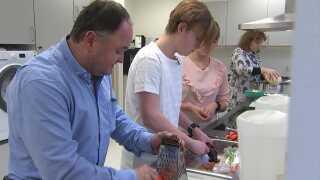 Christopher Frank Larsen i sundhedscentrets køkken med sin far (t.v.), kommunens sundhedsvejleder og sin mor (t.h.)