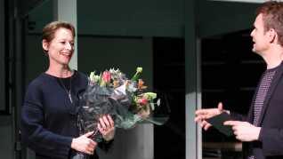 Det var Københavns kultur- og fritidsborgmester Niko Grünfeld, der overrakte Artbeat Prisen til DRs kulturdirektør Tine Smedegaard Andersen.