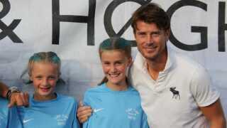 En cirka 12-årig Kathrine sammen med Brian Laudrup ved et fodboldstævne på Rådhuspladsen i København.