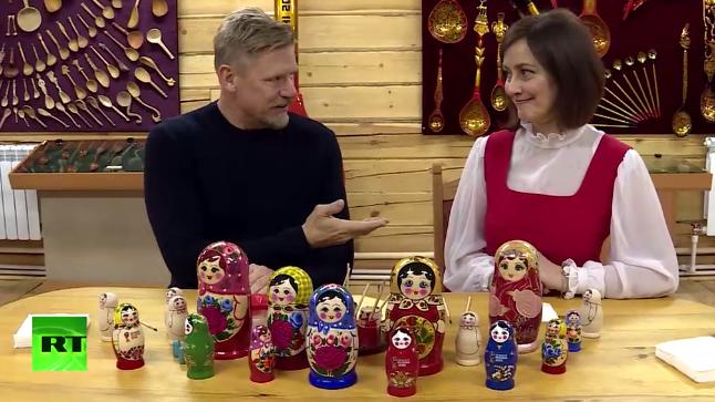 Peter Schmeichel prøver i et nyt program på russisk tv kræfter med at male trædukker.