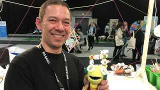 Iværksætter Karsten Juncher, som deltog på messen med en stand fyldt med opfindelser lavet af skrald. Her med den lille robot, som har fået navnet 'Kame Kechi'.