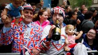 Mange kongetro briter har samlet sig foran hospitalet i London.