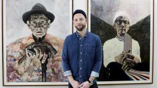 Kasper Eistrup arbejder i dag som billedkunstner. Her ses han med et par af sine værker under en udstilling på Galleri Benoni i København sidste år.