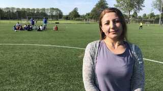 Fatima Hindi, som er mor til Ahmed, der spiller på U11-fodboldholdet i Nyborg GIF, elsker fodbold og elsker at se på til træningerne.