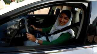 En kvinde i byen Jeddah er her ved at lære at køre bil.
