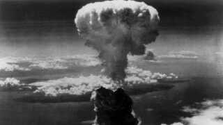 Padehattesky over Nagasaki efter USA smed en atombombe over den japanske by.