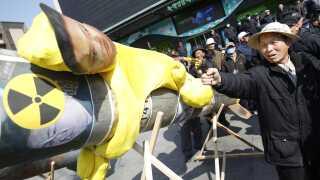 En demonstrant retter en legetøjspistol mod en figur af den nordkorenske leder til en demonstration mod Nordkorea og deres atomvåben i Seoul.