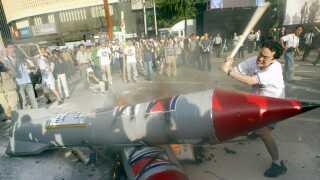 En demonstrant smadrer en model af et atommissil.