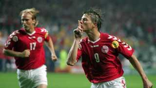 Jon Dahl Tomasson tysser på de svenske fans efter at have bragt Danmark foran 2-1 mod Sverige ved EM i 2004.