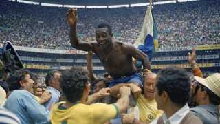 Pelé jubler og tiljubles efter triumfen i Mexico i 1970, hvor han for tredje gang var med til at vinde VM med Brasilien.