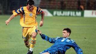 Gheorghe Hagi passerer Islands Hermann Hreidarsson i en VM-kval-kamp i 1997.
