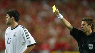 Urs Meier fra Schweiz giver Michael Ballack det gule kort i semifinalen mod Sydkorea i 2002. Det betød, at han ikke kunne være med i finalen.