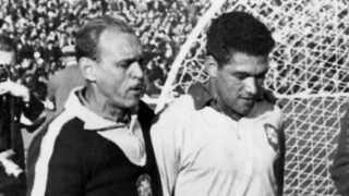Garrincha (til højre) er netop blevet udvist af semifinalen i 1962. Men han fik alligevel lov til at spille finalen.