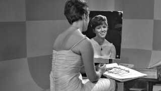 Sangerinden Grethe Ingmann var kun 52 år, da hun døde alt for tidligt i Frederikssund den 18. august 1990. Alligevel nåede hun godt omkring i stilarterne i sit korte liv – ligesom hun også nåede både at gå i lære som syerske som 14-årig og være fabriksarbejder hos Glud og Marstrand, inden hun som 16-årig brød igennem i Bakkerevyen i 1954 – dengang som Grethe Clemmensen. Søndag den 17. juni ville Grethe Ingmann kunne være fyldt 80 år, og som billederne her viser, nåede hun også jævnligt at optræde hos DR gennem årene.