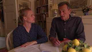 Kaare og Jette Schougaard gennemgår journalen om Kate Skovgaard Reimers indlæggelsesforløb.