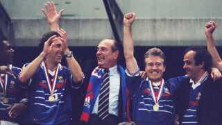 Marcel Dessailly, Laurent Blanc, den daværende præsident Jacques Chirac, Didier Deschamps og Michel Platini efter triumfen i 1998.