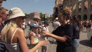 Der bliver uddelt vandflasker i tusindvis til de svedende turister ved Colosseum i Rom.