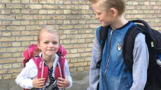 Johanne med sin storebror på første skoledag sidste sommer.
