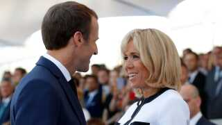 Den franske præsident tager sin kone, Brigitte Macron, med på statsbesøget.