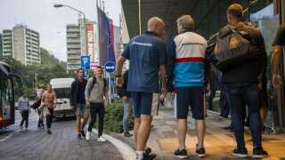 Det alternative landshold ankom i går aftes til Slovakiets hovedstad, Bratislava, efter at være fløjet fra Roskilde Lufthavn. DBU valgte dette for at skærme spillerne fra pressen.