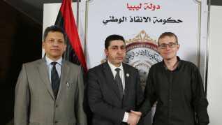 Her giver Henrik Jeppesen håndtryk til Libyens premierminister efter en pressekonference i Tripoli, hvor premierministeren havde fortalt, at Islamisk Stat havde halshugget flere. Henrik Jeppesen havde en pressekontakt, som tog ham med ind.