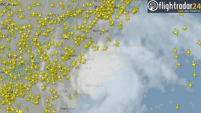 Billedet fra flytjenesten Flightradar viser, hvordan et stort antal fly styrer uden om orkanen Florence.