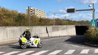 Nedkørslen til motorvejen på Englandsvej på Amager er afspærret af politiet, og bilerne holder i kø.