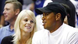 Tiger Woods og hans svenske ekskone, Elin Nordegren, er til en basketball kamp i juni 2009 - få måneder efter fødslen af deres andet barn og få måneder før Woods' sexskandale blev offentliggjort.