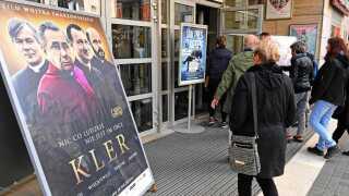 """Op mod en million polakker gik i biografen i åbningsweekenden af filmen """"Kler"""", her i hovedstaden Warsawa."""
