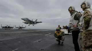 Norsøen, 12. oktober 2018. Natos generalsekretær, Jens Stoltenberg, ser på, mens et F-18-fly lander på det amerikanske hangarskib USS Harry S. Truman.