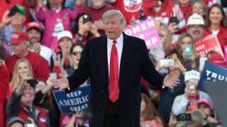 USA's præsident, Donald Trump, rejser lige nu USA rundt for at få folk til at stemme på Republikanerne ved midtvejsvalget.