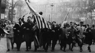 Soldater, sejlere og civile gik arm i arm i gaderne, da våbenhvilen blev underskrevet og verden 11. november 1918 åndede lettet op efter fire års frygtelig krig.