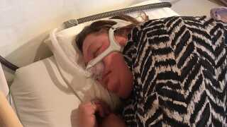 Henriette Larsen sover hver nat med en sovemaske tilsluttet en CPAP-maskine.