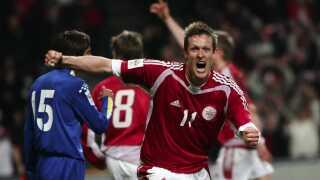 Peter Møller jubler efter en scoring af Christian Poulsens i sejren over Kazakhstan i VM-kvalifikationen i 2003. I alt nåede Møller at spille 20 A-landskampe.
