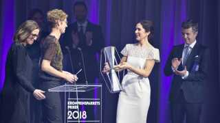 Generalsekretær i Foreningen Grønlandske Børn, Puk Draiby (nr. to fra venstre), modtager Kronprinsparrets Sociale Pris 2018 af kronprinsesse Mary og kronprins Frederik.
