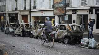 Gaderne tæt ved Triumfbuen i Paris er blevet hårdt ramt af hærværk.