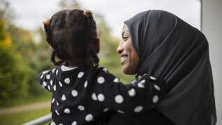 - Jeg mener, at min datter Noura vokser op med forældre, der mentalt er mere tilstede, når fjernsynet ikke skaber uro i baggrunden. Man bliver påvirket af lyden, selv om man ikke synes, man lytter efter.