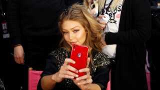 """I 2013 blev """"selfie"""" kåret som årets ord. Topmodellen Gigi Hadid (billedet) har utvivlsomt taget et par stykker siden."""