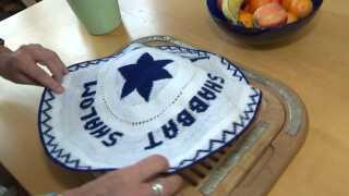 Den jødiske baggrund ses flere steder i Linda Herzbergs hjem, men i årevis har hun lagt låg på sin religion i offentlige sammenhænge.