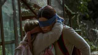 I Susanne Biers Netflix-producerede sci-fi-drama prøver Sandra Bullock at redde sig selv og sine børn fra noget, de for Guds skyld ikke må se.