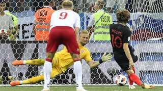 Kasper Schmeichel hapser Luka Modric i den forlængede spilletid.