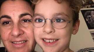 Seks-årige Joshua har samlet sparemærker til Fætter BR i årevis. Nogle af dem er med stor sandsynlighed værdiløse.